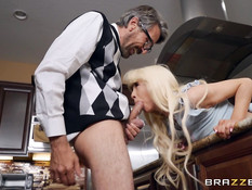 Ненасытную молодую блондинку на кухонном столе отымели в тугой анус