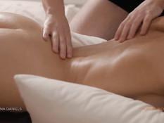 Сделал эротический массаж юной брюнетке и оттрахал раком на кровати
