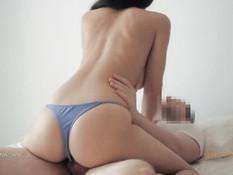 Сисястая девка в голубых трусиках получила сперму на красивую попку