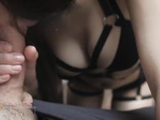 Стройная девчонка в сексуальном чёрном белье жадно отсасывает пенис
