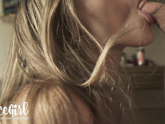 Блондинка в очках сосёт и дрочит член доводя парня до семяизвержения
