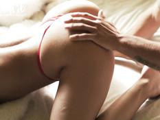 Молодую блондинку в стрингах приятель отодрал в вагину и узкий анус