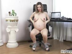 Беременная русская блондинка дрочит клитор в кресле и громко стонет