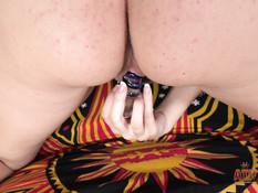Весёлая беременная шатенка с большими сиськами трахает себя фаллосом