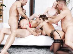 Страстная групповая оргия и анальный секс трёх молодых пар свингеров