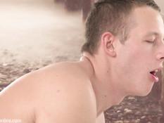 Два голубых парня приняли горячий душ и занялись любовью на кровати