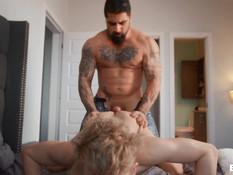 Бородатый мускулистый гей с татуировками отпердолил молодого парня