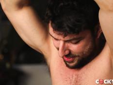 Небритый татуированный гей отпердолил худого друга и обкончал попу