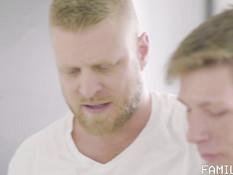 Бородатый гей отпердолил на кухне худого парня с короткой стрижкой