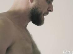 Худой паренёк на кровати занимается гей сексом с бородатым мужчиной