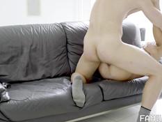 Мускулистый бородатый гей отпердолил в анал и обкончал худого парня