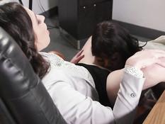 Чёрная лесбиянка в офисе отлизывает пизду у молодой белой начальницы