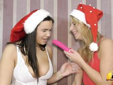 Две пышные грудастые подруги занимаются лесбийским сексом возле ёлки