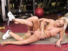 Худая светловолосая мамочка трахается со своим тренером в спортзале