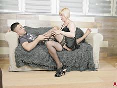 Зрелая русская блондинка с обвисшей грудью ебётся с молодым парнем