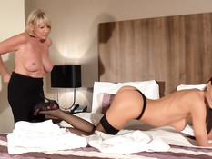 Пожилая сиськастая лесбиянка в отеле занимается любовью с девушкой