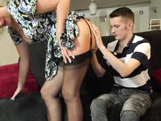 Пышногрудая дама в чёрных чулках соблазнила на секс молодого парня