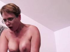 Пышногрудая зрелая женщина в очках отпердолена во влагалище и анус