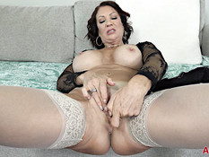 Сиськастая мамочка в прозрачном халатике мастурбирует клитор руками