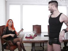 Грудастый транс в чёрном корсете и чулках отпердолил небритого парня