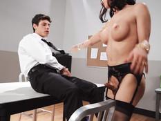 Грудастый транс отпердолил парня на рабочем столе и кончил на лицо