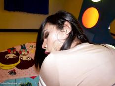 Мужик оттрахал в анал молодого азиатского транса с тёмными волосами