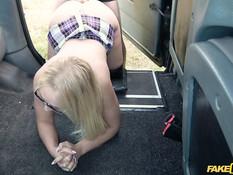Водитель такси в лесу отпердолил в киску и анус грудастую блондинку