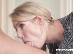 Сисястая блондинка с косой просит своего парня отпердолить её в анал