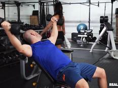 Грудастая латинская милфа трёт киску и ебётся с тренером в спортзале