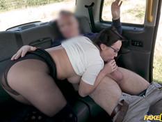 Водитель такси отодрал очкастую русскую шатенку с большими сиськами