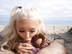 Кудрявая пышногрудая блондинка сосёт член и ебётся с парнем на пляже