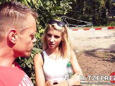 Юная блондинка делает минет и трахается с мужчиной на окраине парка