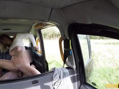 Грудастая блондиночка обоссалась в такси во время секса с водителем