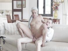Молодая блонда сосёт у парня хуй на террасе и идёт ебаться в спальню