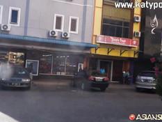 Секс турист отъебал в бритую пизду молодую индонезийскую брюнеточку