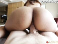 Молодая тайская шатенка с большими сисями трахается с секс туристом