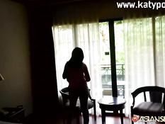 Мужчина отодрал на кровати азиатскую шлюху с большой обвисшей грудью