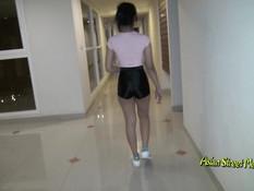 Во время уборки квартиры молодая азиатка сделала минет и дала в анал