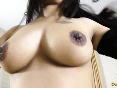 Сисястая тайская девка с татуированным телом ебёт мужчину на кровати