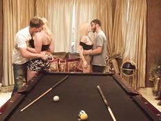 Две пары молодых свингеров страстно трахаются на бильярдном столе