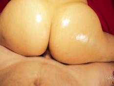 Сделал грудастой шатенке эротический массаж и забрызгал спермой попу