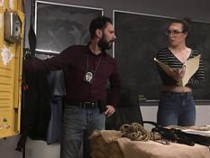 Раздражённый детектив связал очкастую шатенку и отпердолил в задницу