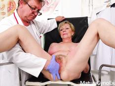 Светловолосая сиськастая мамочка оттрахана секс машиной у гинеколога
