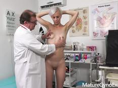 После осмотра гинеколог оттрахал блондинку секс машиной и вибратором