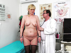 Во время осмотра врач отымел сисястую даму вибратором и секс машиной