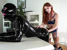 Молодая рыжеволосая госпожа отпердолила секс раба большим страпоном