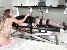 Молодая светловолосая госпожа оттрахала связанного раба секс машиной