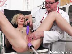 Сисястая зрелая блонда с татуировками оттрахана секс машиной в анал