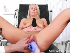 Зрелая грудастая блондинка оттрахана секс машиной на приёме у врача