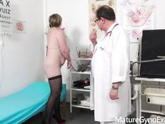 Пышная сиськастая дама со светлыми волосами на приёме у гинеколога